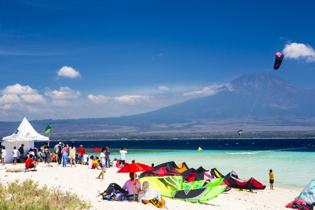 The majestic Kawa Ijin volcano is the perfect back drop for a sick contest set up.